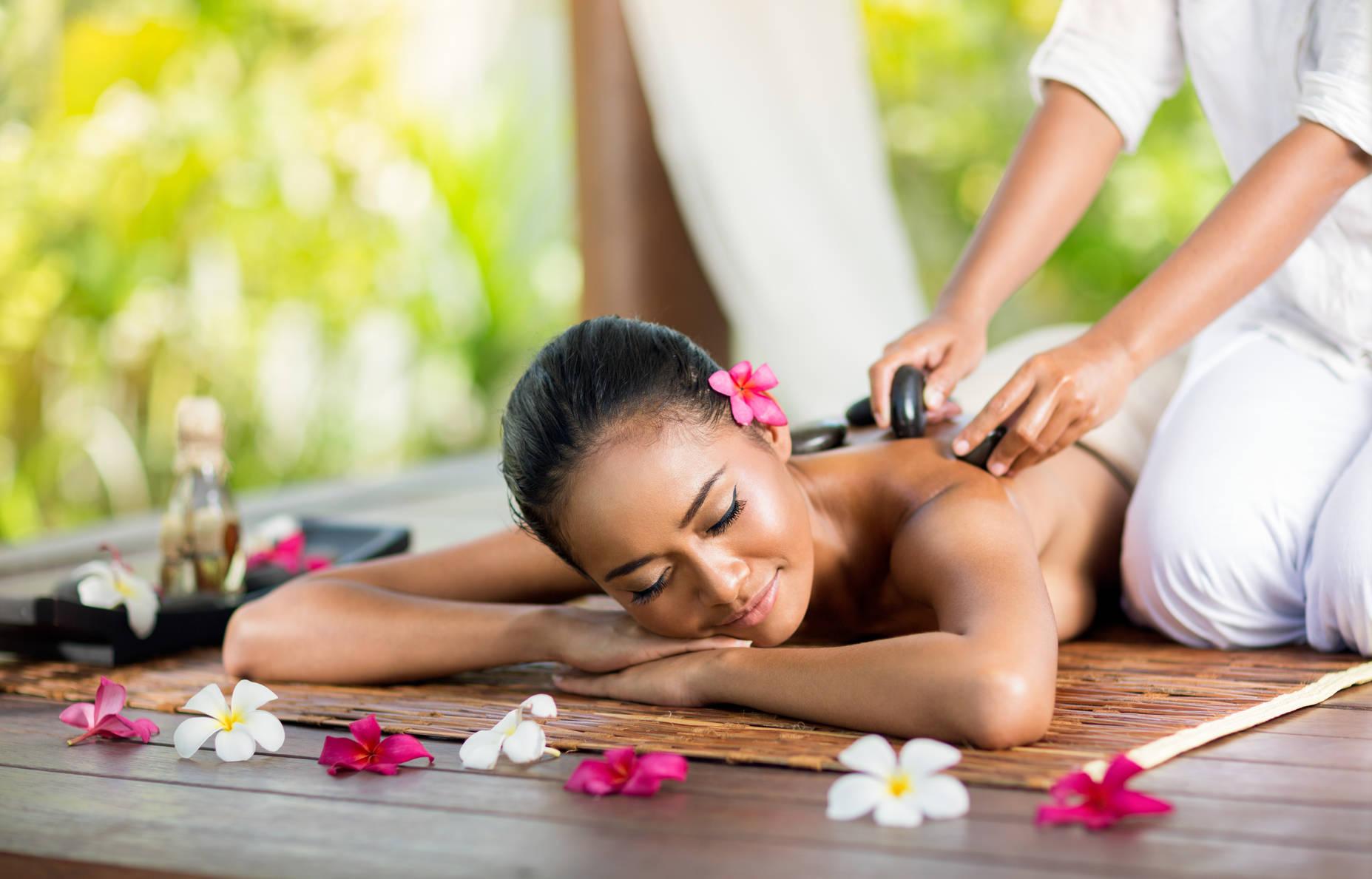 Junge Frau genießt eine Thaimassage